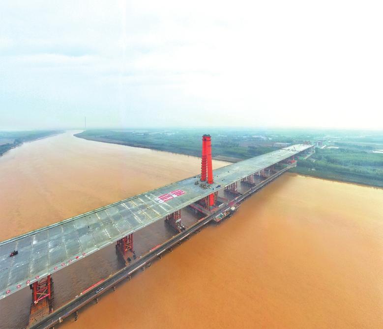 世界最大跨度三塔自锚式悬索桥 济南凤凰黄河大桥主桥合龙