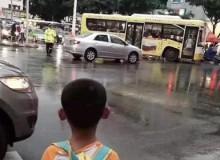 【视频】暖心一幕!6岁儿子偶遇执勤交警老爸,雨中默默相守不肯离去