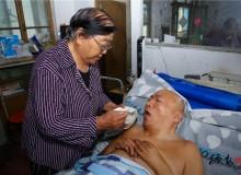 75岁老母亲照顾瘫痪儿子13年:只要他还能叫一声妈,大发红黑我 怎能扔下他不管