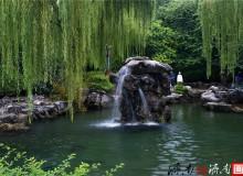 """济南五龙潭公园内的月牙泉再现""""月牙飞瀑"""""""