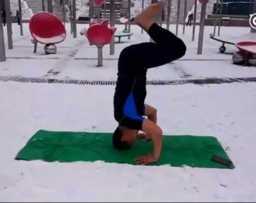 济南森林公园雪地里  男子竟穿短袖练瑜伽
