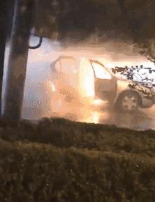 经十路一轿车自燃 路过的水车果断灭火