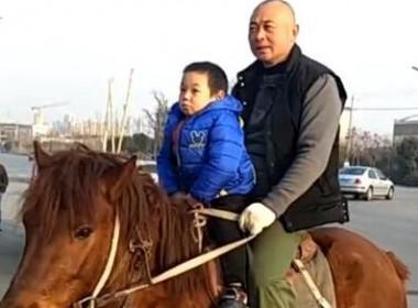 【视频】车辆限号如何接送孩子,聪明老爸竟然想出这种方式...