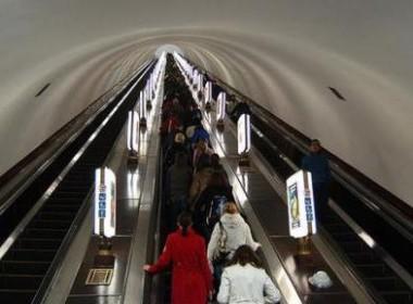 【视频】全国最深地铁站,深到让人腿抖~有男子步行挑战,结果...