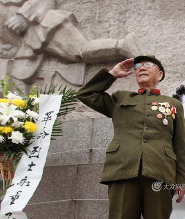 32名济南战役老兵祭奠先烈 85岁老人亲手献花圈