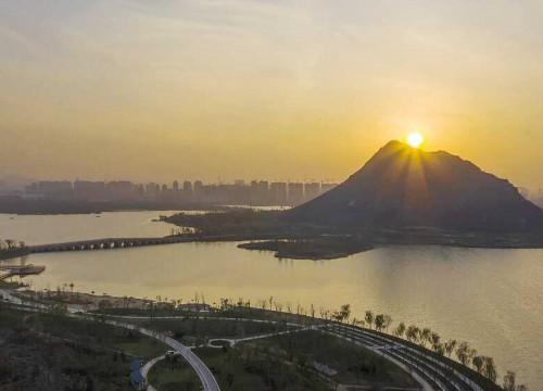 济南:夕照华山新景区 冬日暖阳染金黄
