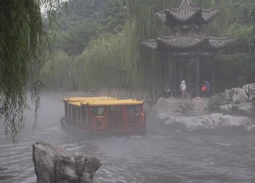 济南:护城河畔云雾缭绕