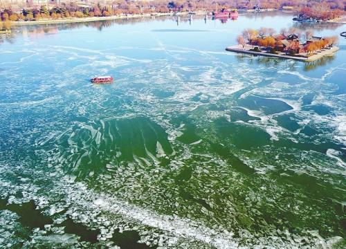 晶莹剔透冰锁明湖