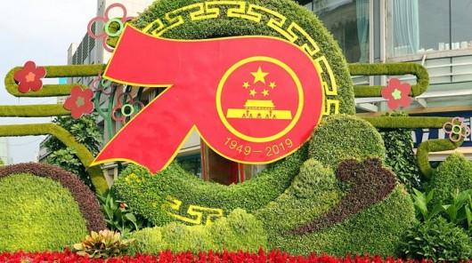 国庆主题装饰扮靓街头 庆祝新中国成立70周年