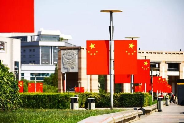 """【慶祝新中國成立70周年】國旗高懸迎國慶,歷下街頭盡是""""中國紅"""""""