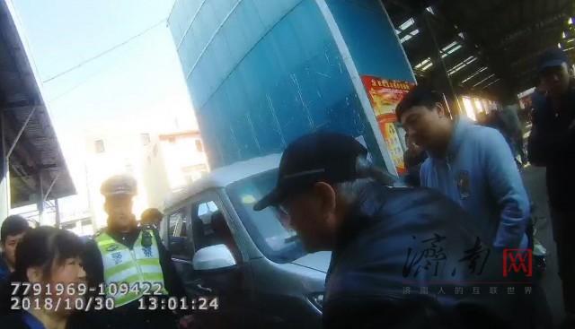"""济南:老人被压脚却被说""""碰瓷"""" 交警冷静执法帮解围"""