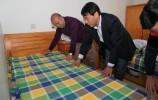 济南市福彩中心领导亲手为市社会福利院的老人们铺上崭新的床单