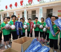 马山福彩小学的同学们领到了济南福彩捐赠的心仪已久的文体用品